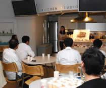 大森由紀子さんの持ってきたお菓子の説明に熱心に耳を傾けるシェフ達
