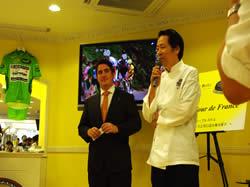 挨拶をする島田会長とシャルル・コアントロ氏(左)