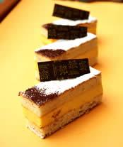 生地は「ビスキュイ・ミゼラブル」と名づけられたダッコワーズタイプだが、通常よりアーモンドが多く、しっかりとした食べ応え。これに水で炊いたアングレーズ・ソースをベースにしたバタークリームをはさむ。するりとした舌ざわりの端から瞬く間にサーッと溶けていくクリームと、アーモンドの香り豊かな生地とのハーモニー、やさしい味わいなのに強い印象を与える一品。