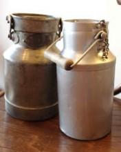 マドレーヌシェフが朝夕手にして農家に通ったミルク缶(写真右)。容量は1リットル強といったところ。さぞや甘くて濃い牛乳が満たされていたのだろう。同じようだがクリーム用の缶(写真左)もあって、こちらはふたの密閉度が高い。シェフの素材への愛情がうかがえる道具たちだ。