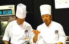 カヌレのデモンストレーションをする河島シェフ(左)と解説の永井シェフ(右)