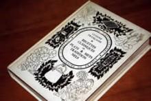 河田シェフがフランスで購入したアカデミー・キュリネール・ド・フランス発行の「フランス伝統料理と菓子のルセット」。フランスのガストロノミーの礎となる料理やお菓子の歴史と発展が、基本ルセットとともに書かれている。
