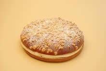 1950年代、南仏サン・トロペのパン屋アレクサンドル・ミッカが考案したお菓子。ポーランドにルーツを持つ彼が、お祖母さんのお菓子を思い出して作った味だという。後に映画のロケで現地を訪れたブリジット・バルドーが大いに気に入り、このお菓子の命名者となった。