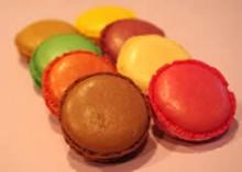 こころもち大きめのマカロン、生地の表面と中の食感にメリハリが効いている。ローズ、ショコラ、バニラ、ピスタチオ、シトロン、アール・グレイ、パッション、フランボワーズ、カシス、カフェの10種展開。